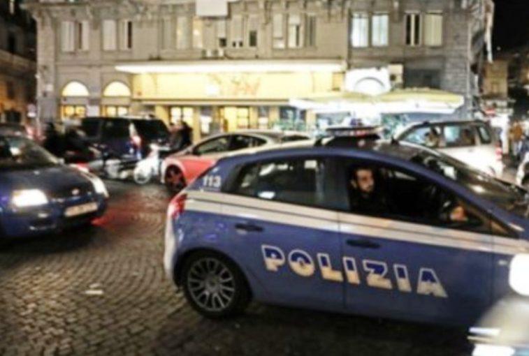 Napoli: esplosione di una bomba carta davanti un portone, tanta paura