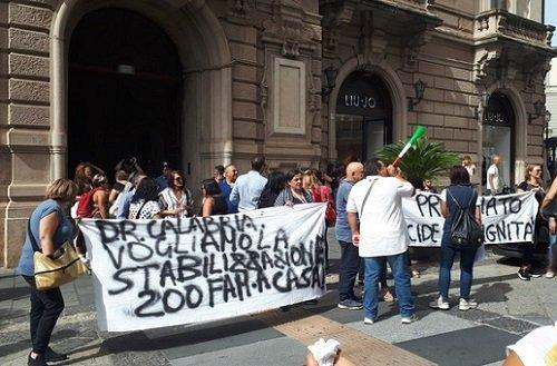 Catanzaro: i precari della sanità protestano davanti alla prefettura per il mancato rinnovo del contratto