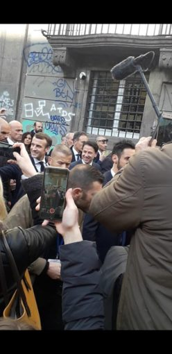La passeggiata di Macron nel centro storico di Napoli