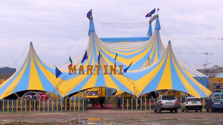 La Coldiretti consegna fieno per gli animali del circo Orfei di Tayler Martini bloccato a Saline Joniche (RC)