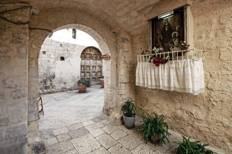 """""""Giornate FAI all'aperto"""": oggi e sabato 27 visita guidata alle edicole votive di Bari vecchia"""
