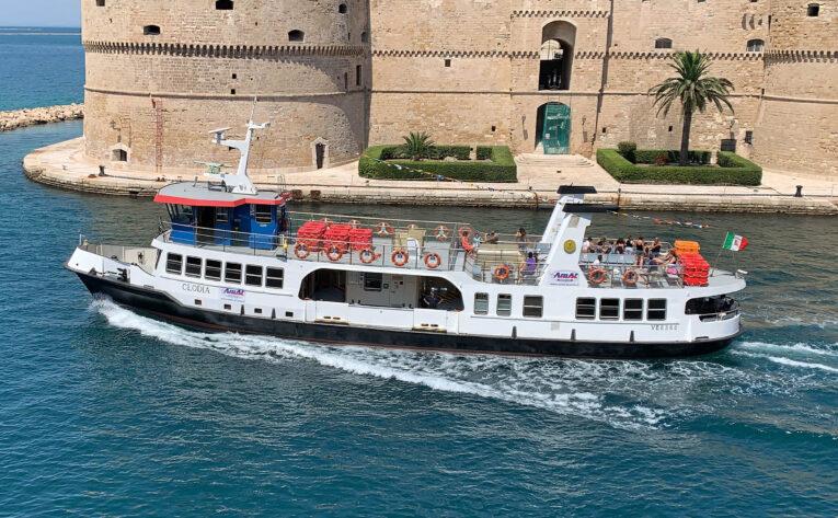 Taranto: continuano le escursioni turistiche delle idrovie di Kyma Mobilità Amat