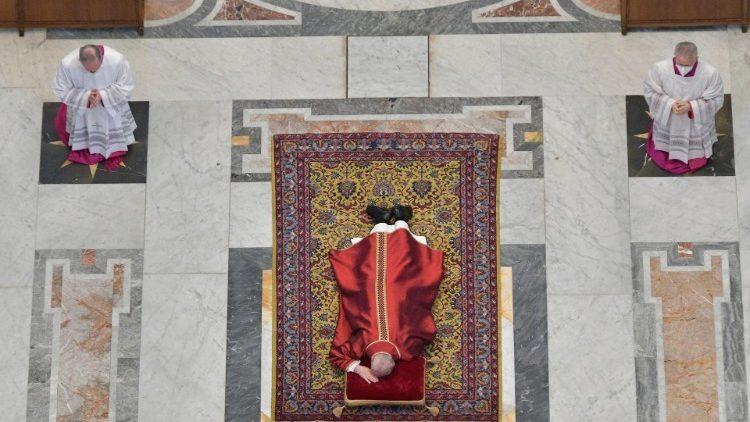 Pasqua: La Via Crucis di Papa Francesco in Piazza San Pietro