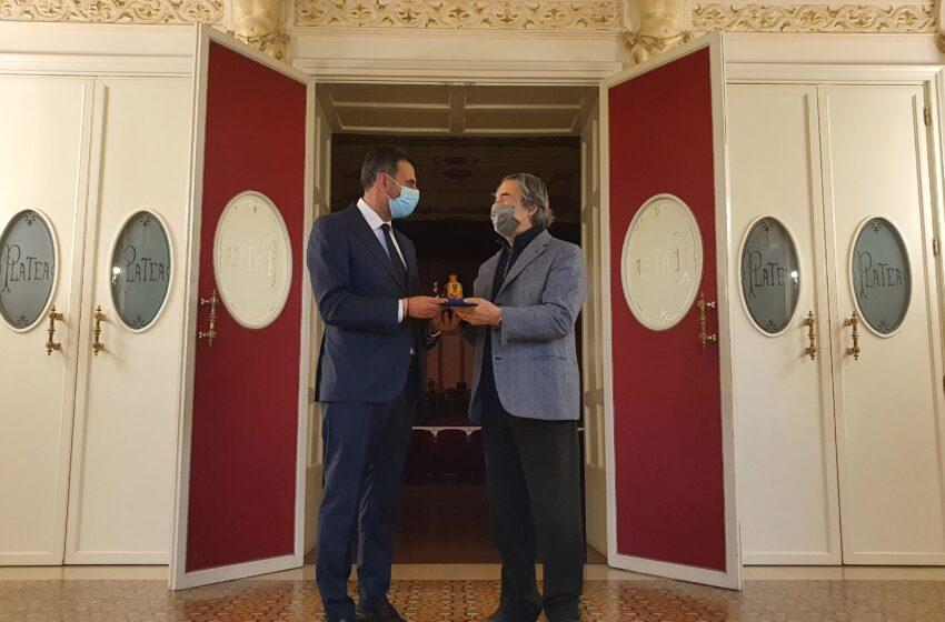 Bari: il sindaco consegna la manna di San Nicola al maestro Muti impegnato in una tre giorni di concerti al teatro Petruzzelli